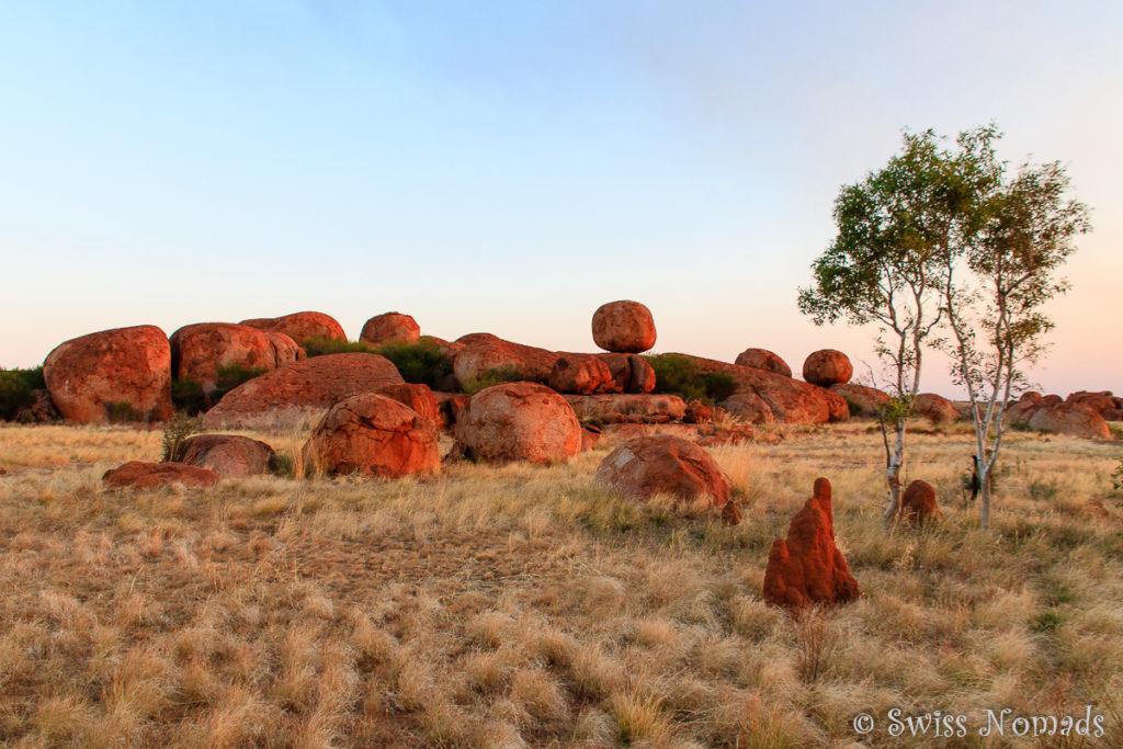 Die Felsen der Devils Marbles entang des Nurrku Walks bei Sonnenuntergang