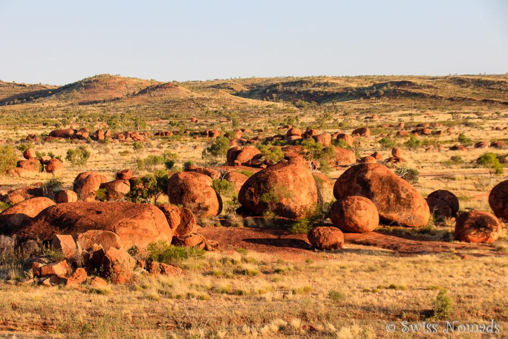 Die Landschaft der Devils Marbles vom Nyanjiki Lookout
