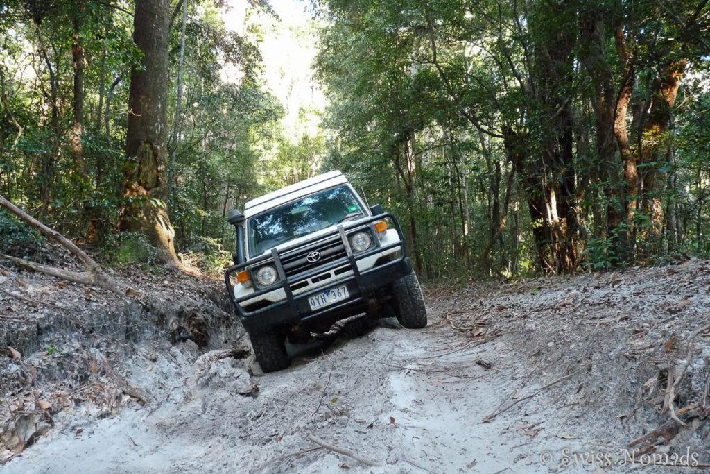 Toyota Landcruiser in Schräglage auf dem Track auf Fraser Island