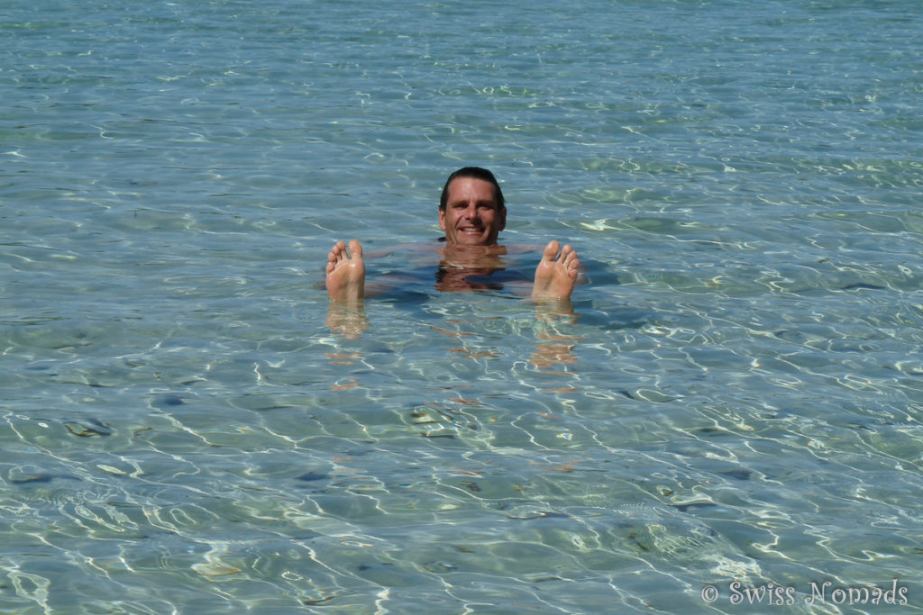 Marcel am baden im glasklaren Wasser des Lake Birrabeen auf Fraser Island