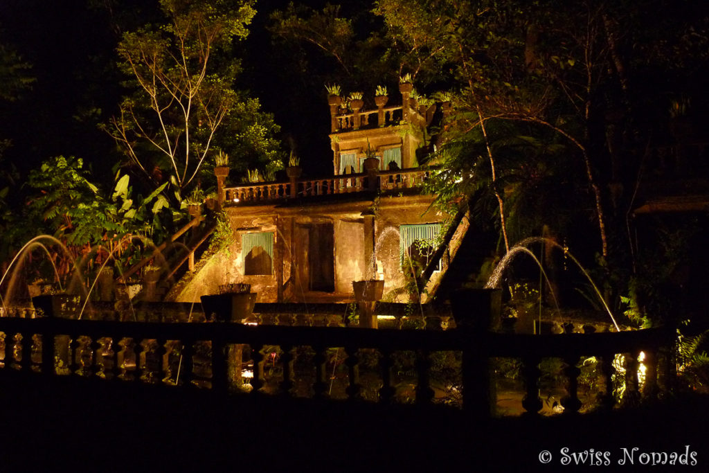 Beleuchteter Paronella Park nachts