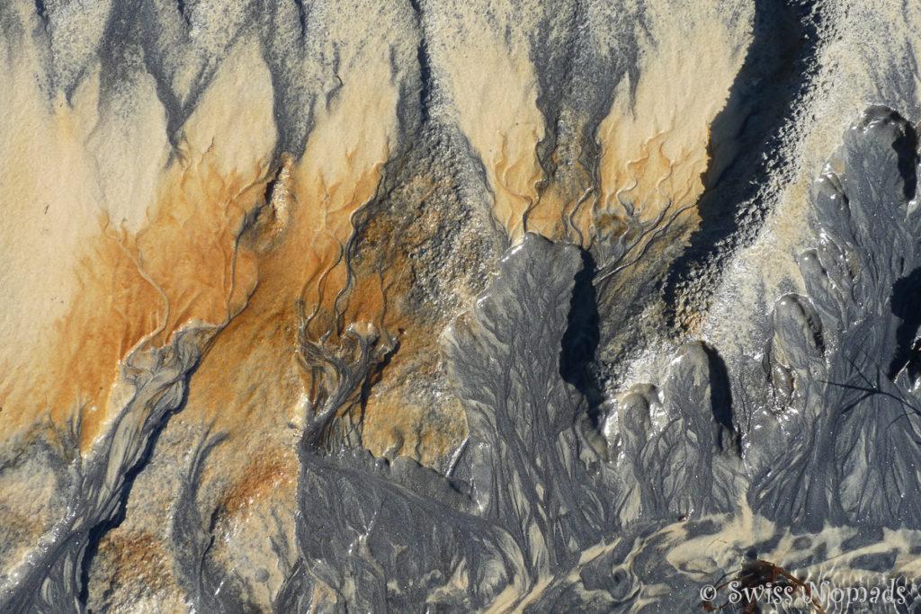 Kunstwerk aus verschiedenfarbigem Sand auf Fraser Island