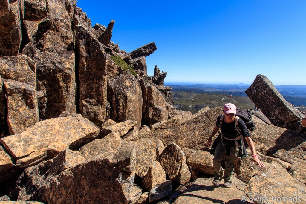 Klettern über Felsen auf dem Cradle Mountain Summit Track