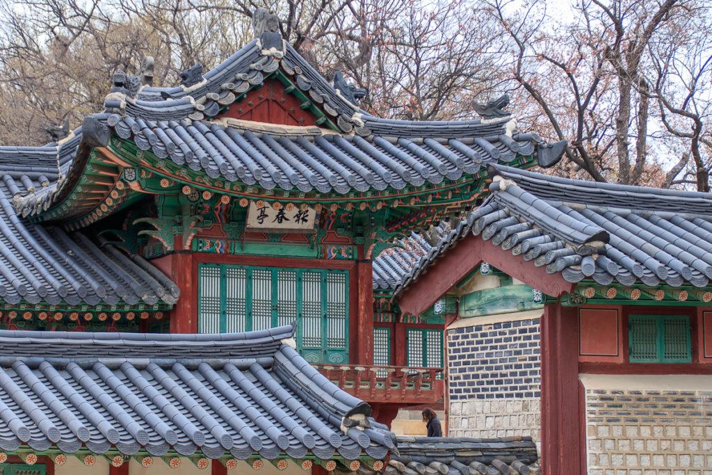 Die geschwungenen Dächer des Changdeokgung Palace in Seoul