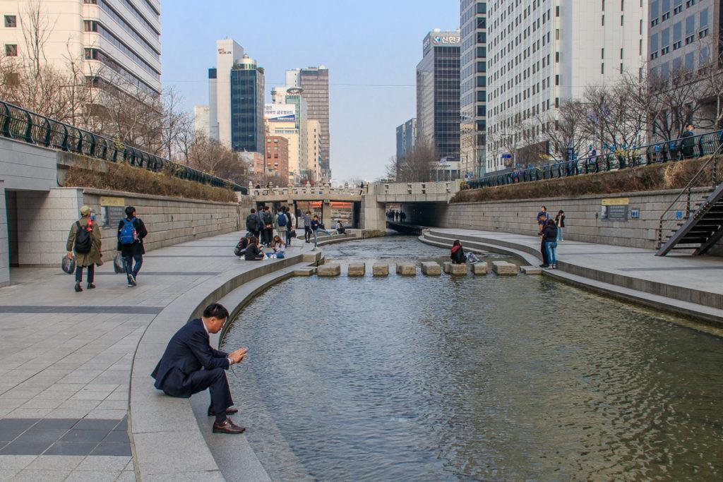 Der Cheonggyecheon Stream ist eine Sehenswürdigkeit mitten in Seoul