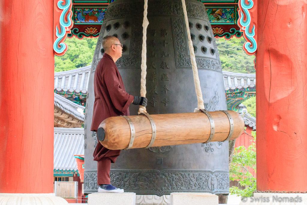 Ein Mönch im Hwaeomsa Tempel im Jirisan Nationalpark