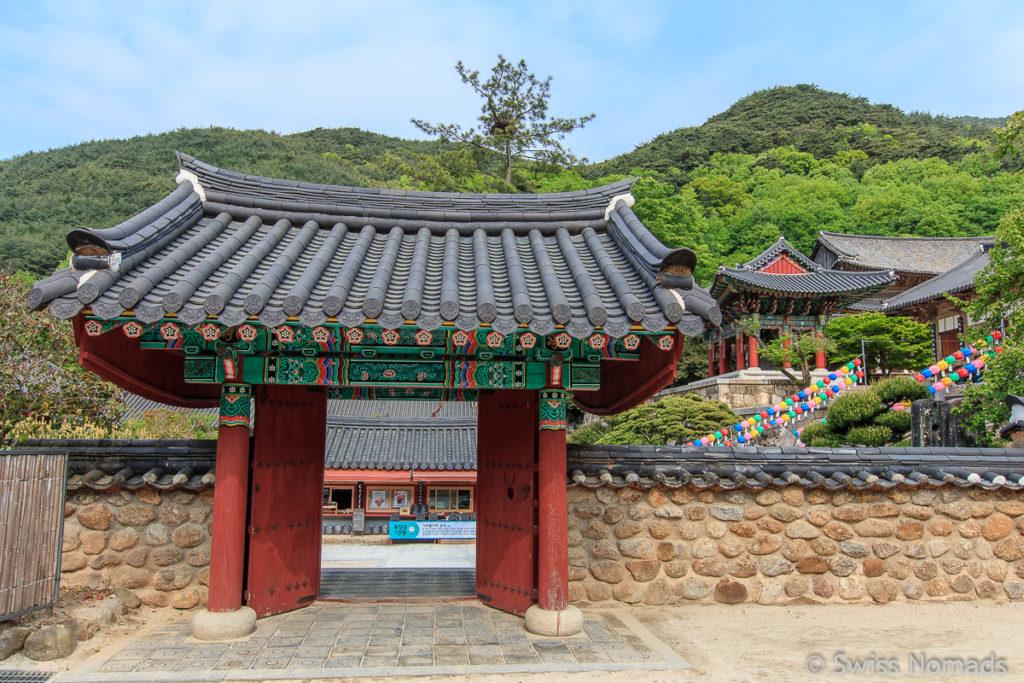 Tor des Hwaeomsa Tempel im Jirisan Nationalpark