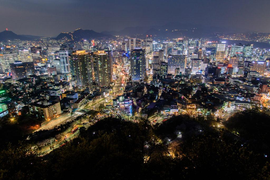 Die Aussicht vom Namsan Seoul Tower bei Nacht