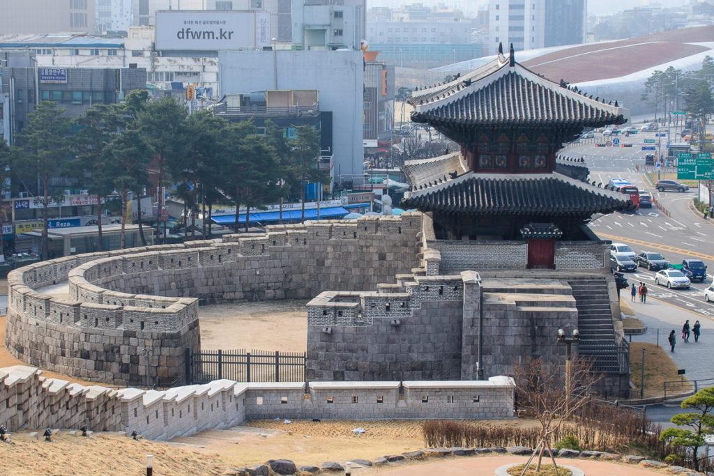 Das Heunginjimun Gate entlang der Stadtmauer von Seoul