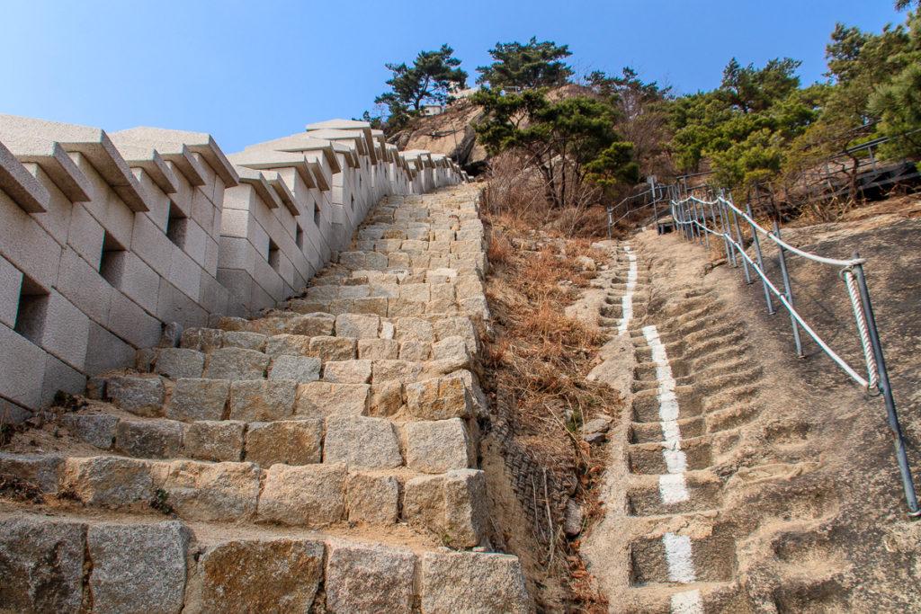 Die Stadtmauer über den Mt Bugaksan ist eine der beliebtesten Sehenswürdigkeiten in Seoul