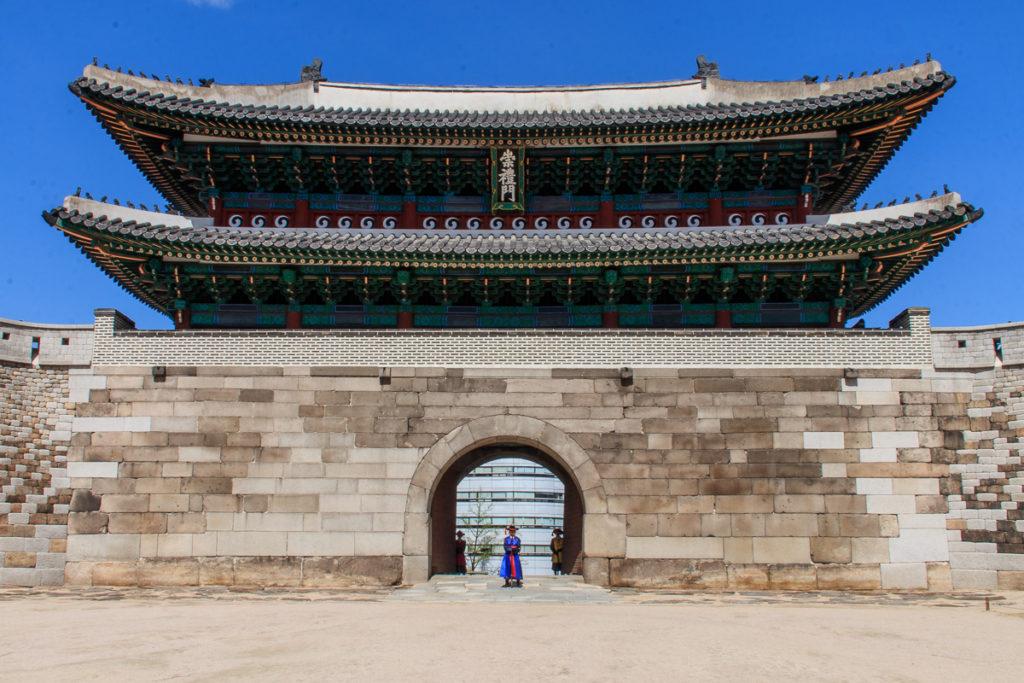 Das Sungnyemun Gate entlang der Stadtmauer gilt als eine der Top Sehenswürdigkeiten in Seoul
