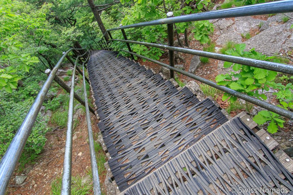 Treppen entlang der Wanderung zum Dacheongbong Gipfel