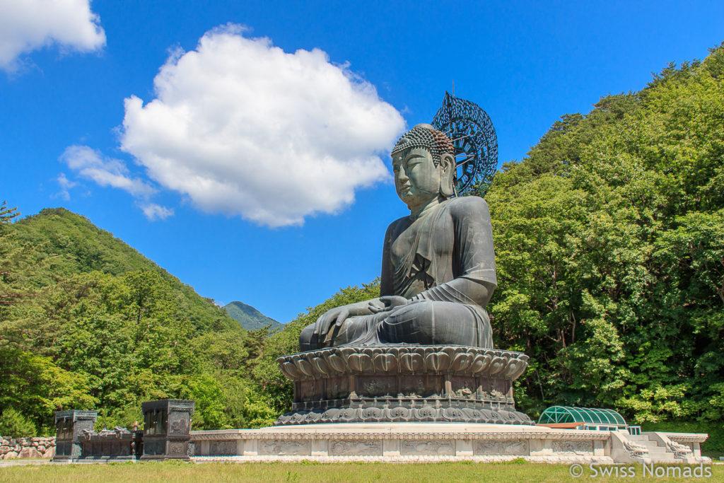 Die riesige Buddha Statue des Sinheungsa Tempel im Seoraksan Nationalpark