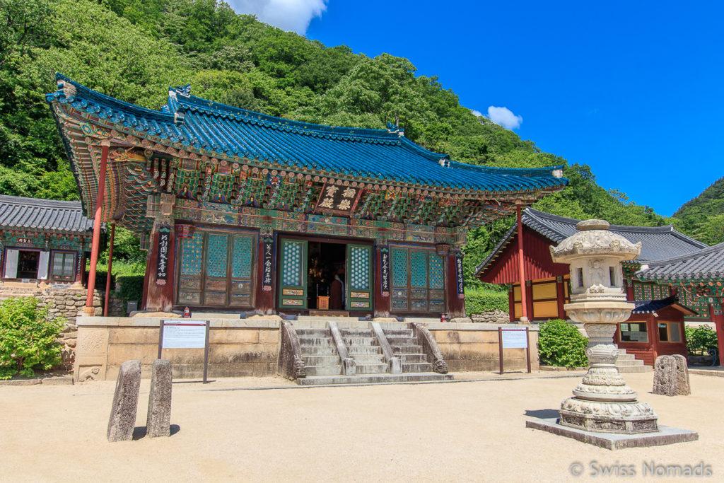 Die Tempelhalle des Sinheungsa Tempels bei Seorakdong