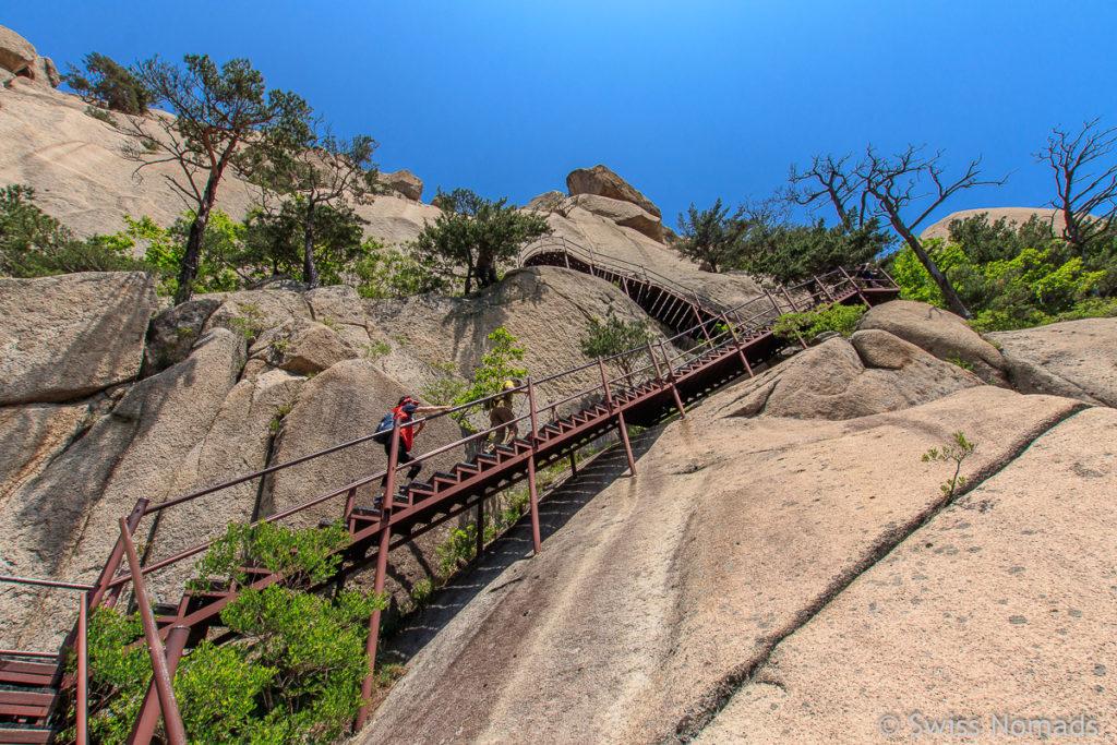 Die Treppen beim Aufstieg zum Ulsanbawi im Seoraksan Nationalpark