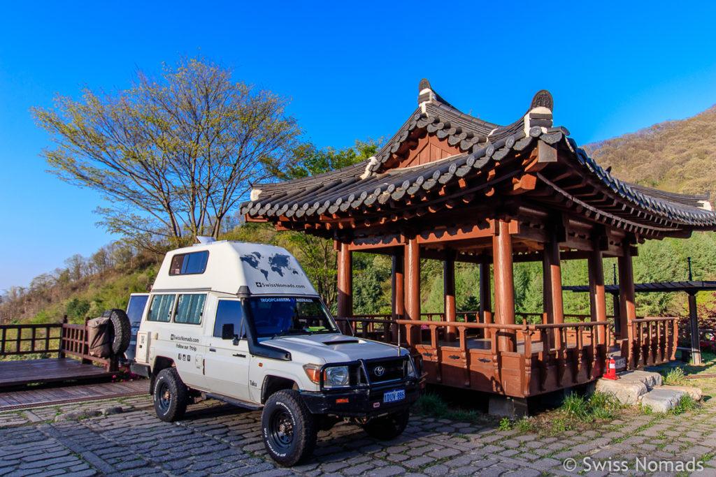 Camping in Südkorea neben einem Pavillon
