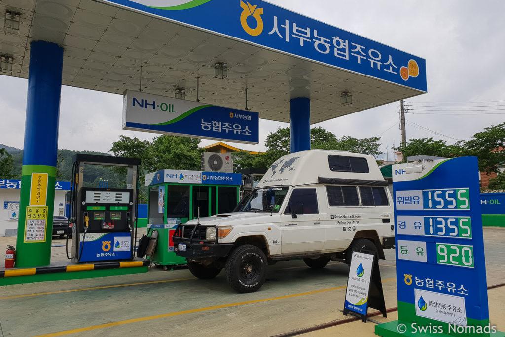 An einer Tankstelle mit dem eigenen Fahrzeug in Südkorea