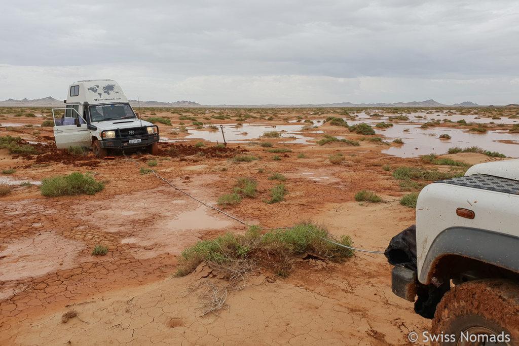 Bergung mit Seilwinde aus dem Schlamm in der Gobi Wüste