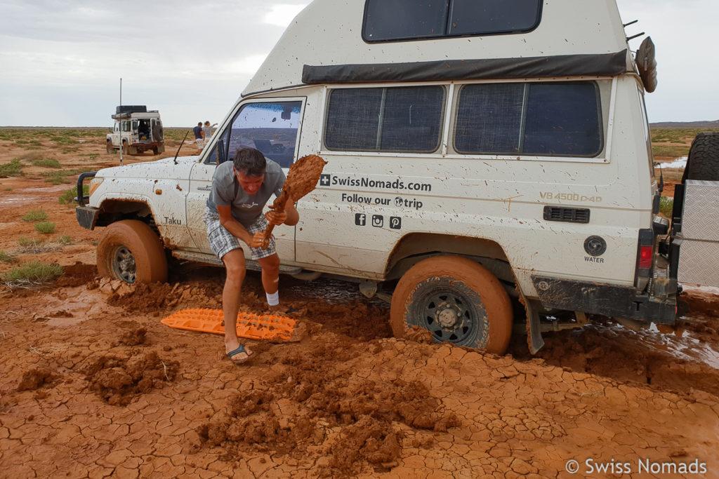 Schaufeln um die Maxtrax Sandblehce zu positionieren