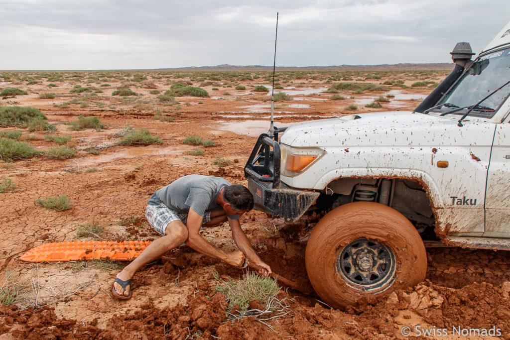 Schaufeln um aus dem Schlamm der Gobi Wüste zu kommen