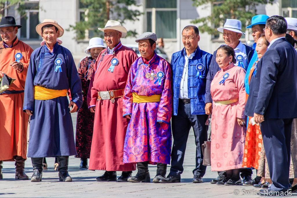 Besucher auf dem Dschingis Khaan Platz in Ulaanbaatar