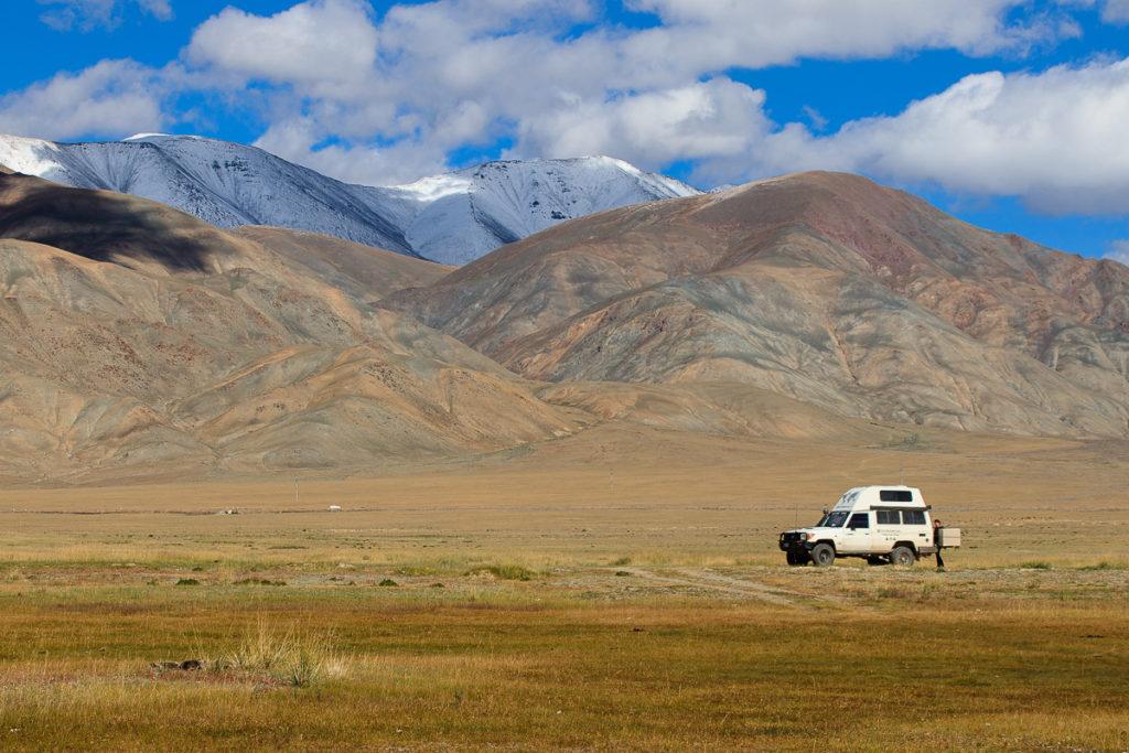 Camping zwischen den Berggipfeln des Altai Gebirge der Mongolei