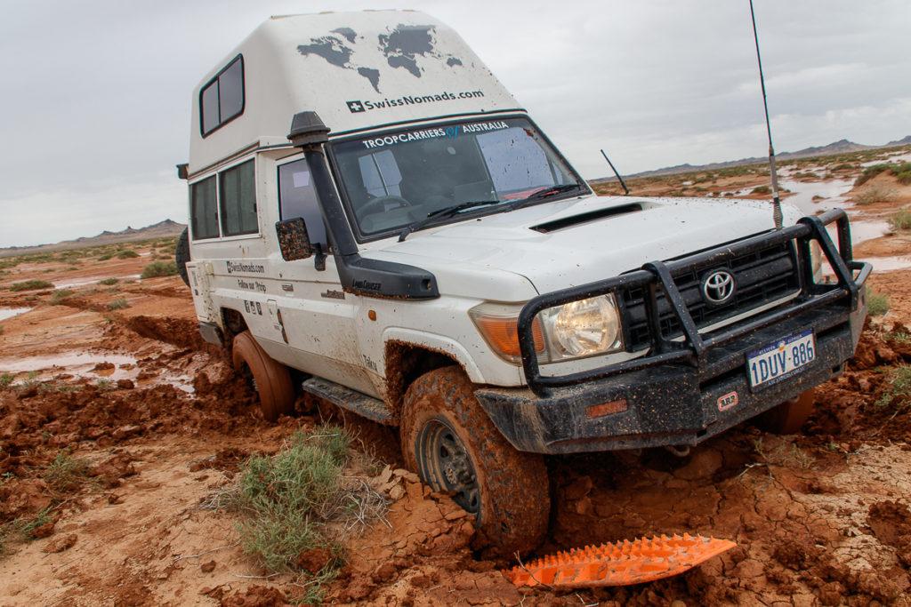 Mitten in der Gobi Wüste sind wir im Schlamm stecken geblieben