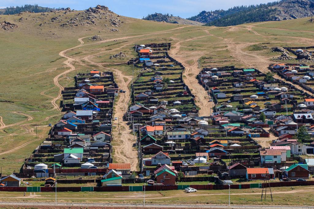 Häuser im Ort Tsetserleg in der Mongolei