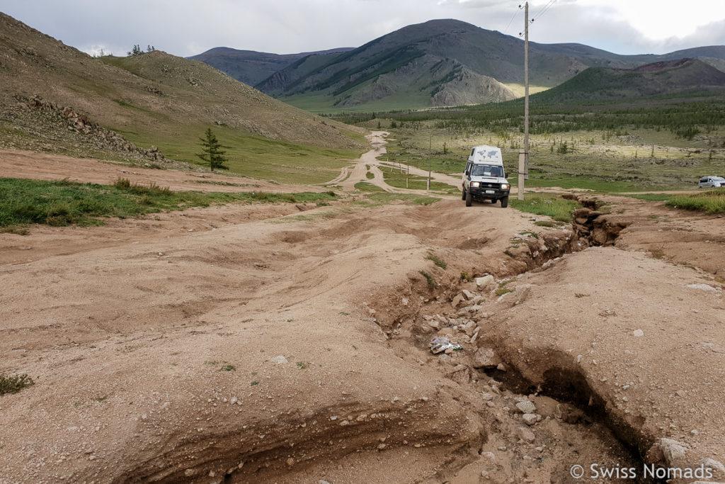 Die ausgewaschene Piste im Khorgo Terkhiin Tsgaan Nuur Nationalpark in der Mongolei