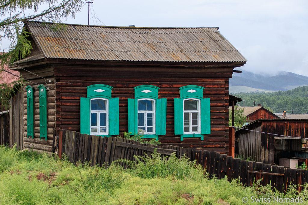 Sibirisches Haus auf dem Russland Roadtrip
