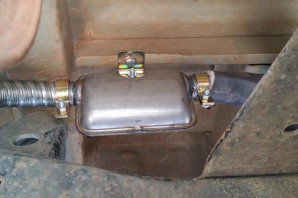 Montage des Auspuffs der Autoterm Planar 2D Diesel Standheizung