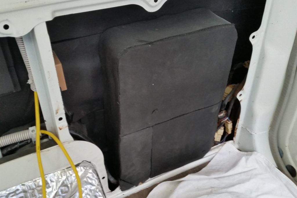 Camper Isolieren in den Hohlräumen der Fahrzeugkarosserie