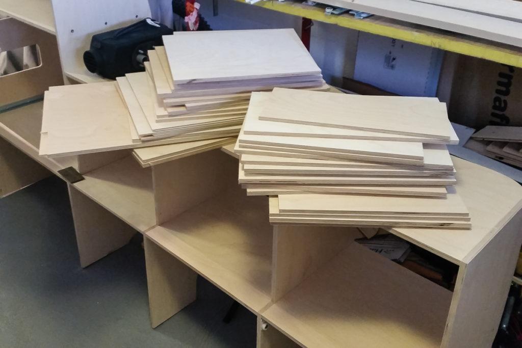Holz für den Camper Möbel Bau der Küchenzeile