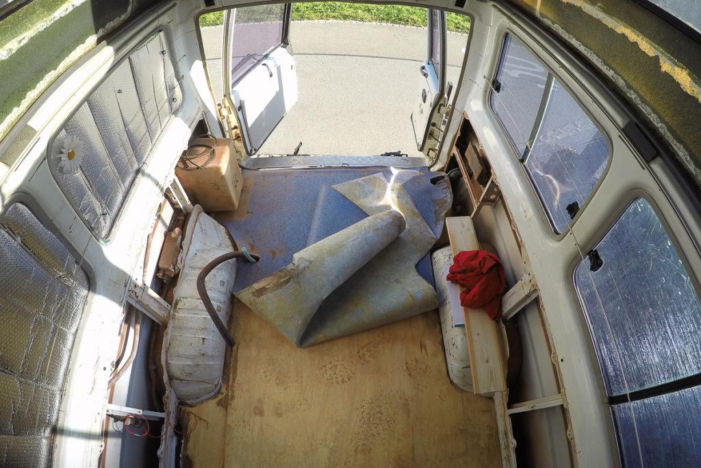 Camper Umbau - der alte Bodenbelag muss raus