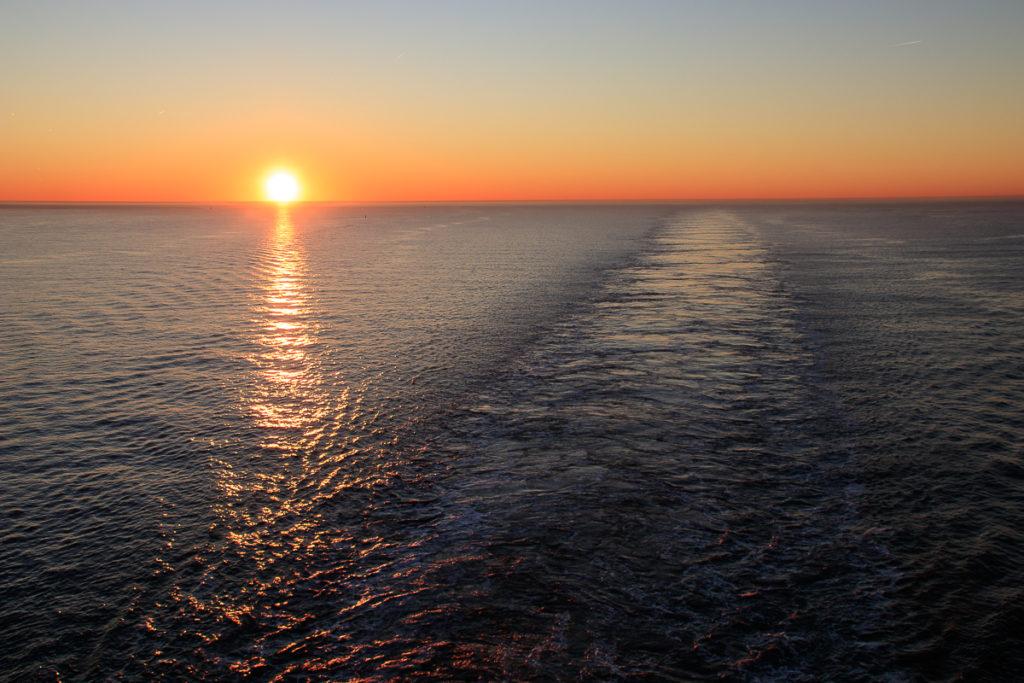 Digital Detox auf dem Frachtschiff mit Sonnenuntergang