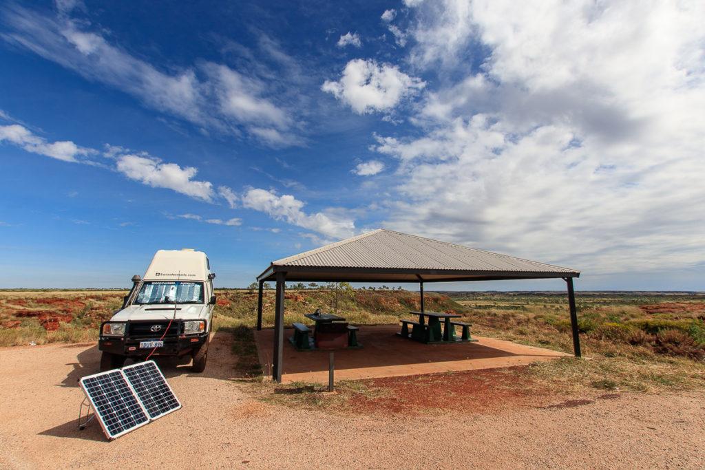 Mobiles Solarmodul zur Speisung der Elektrische Installation im Camper