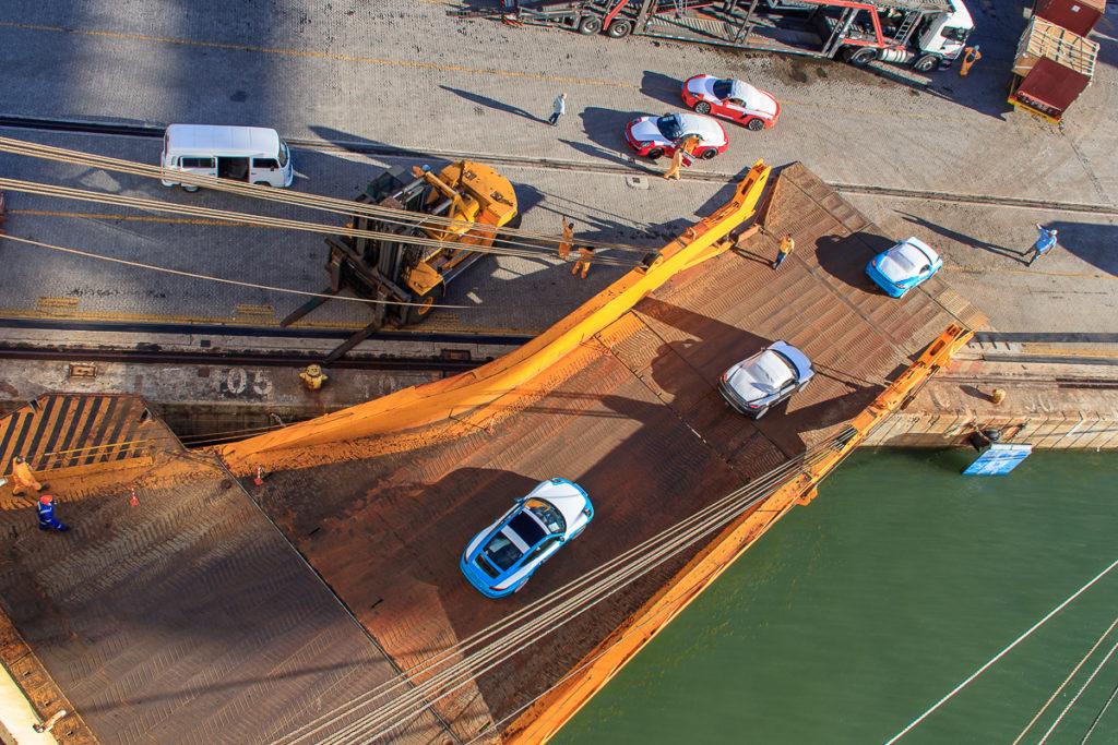 Porsche entladen vom Frachtschiff in Brasilien
