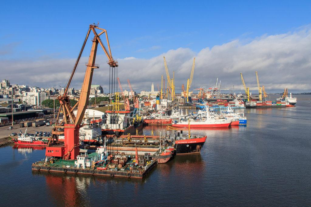 Im Hafen Montevideo Frachtschiffreise von Europa nach Südamerika