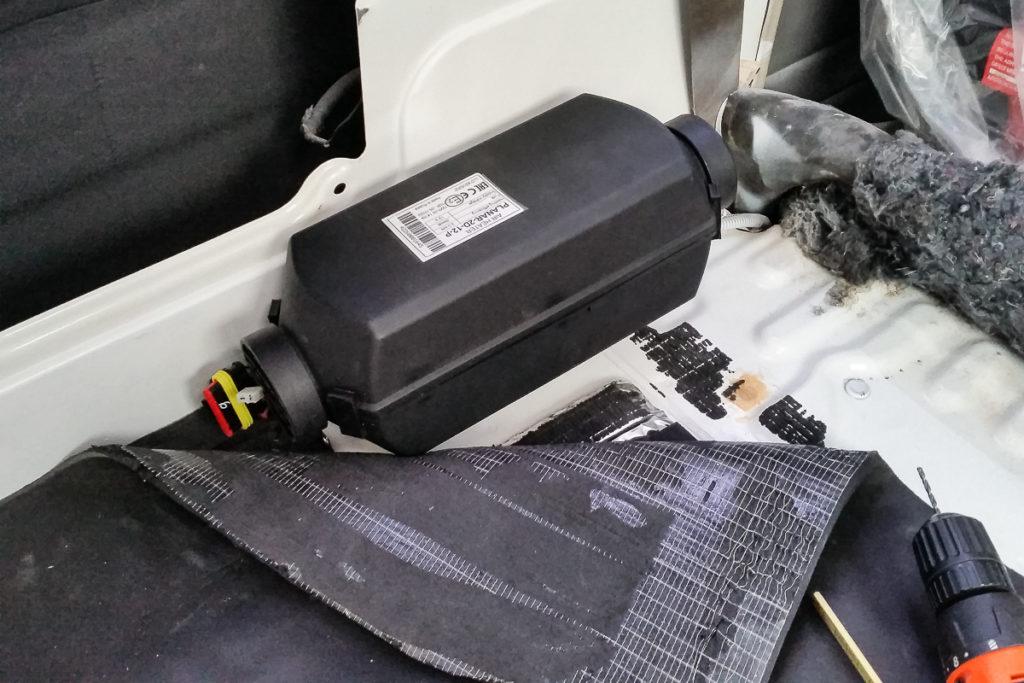 Einbau der Diesel Standheizung auf der Seite des Toyota LanCruisers