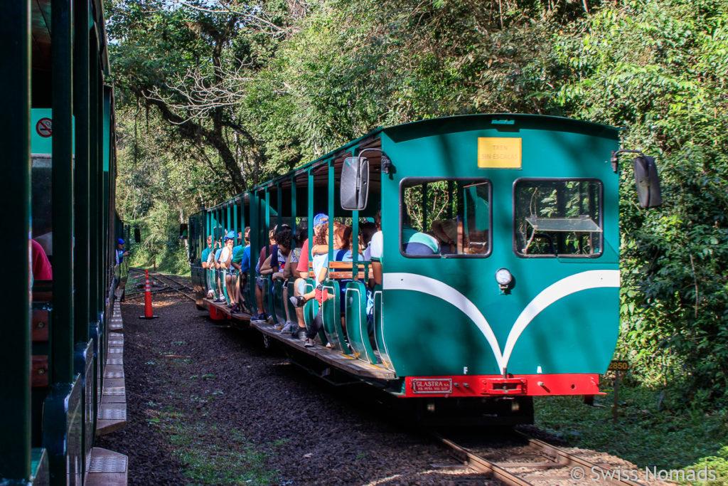Touristen Zug Iguazu Wasserfälle