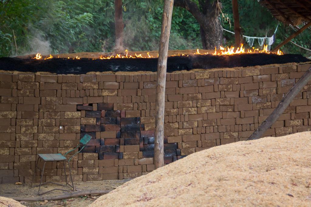 Feuer zum Backstein Brennen in Sri Lanka