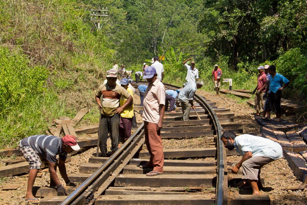Arbeiter an der Bahnstrecke in Ella
