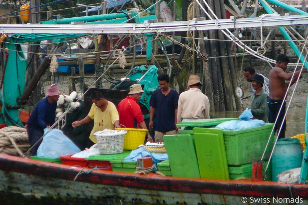Fischer im Hafen Mersing
