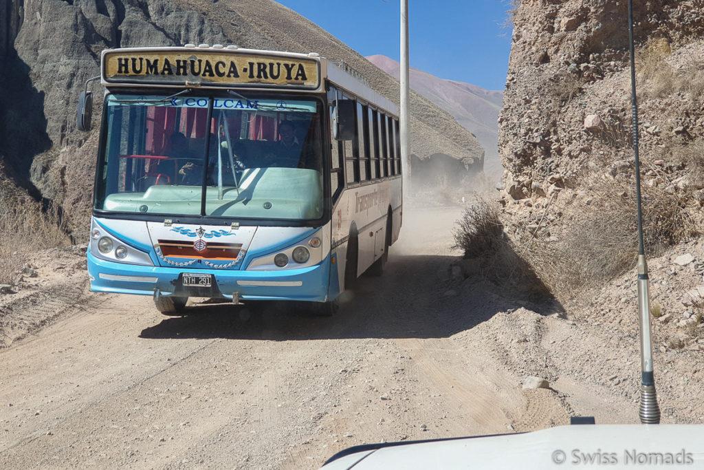 Gegenverkehr entlang der Passstrasse nach Iruya
