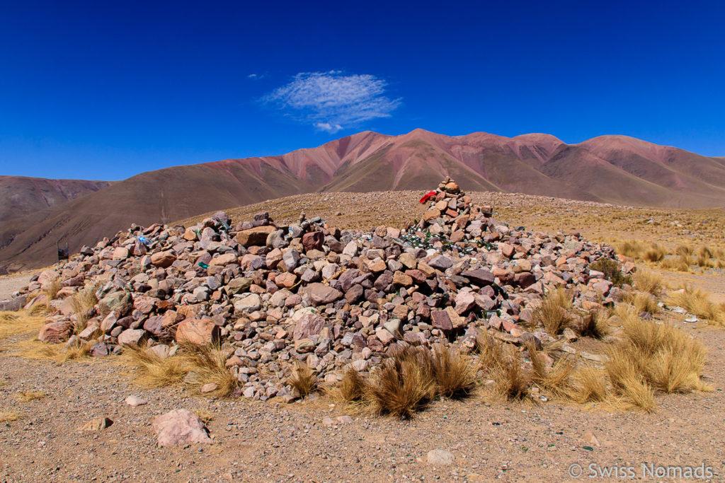 Steinhaufen auf der Passhöhe der RP13