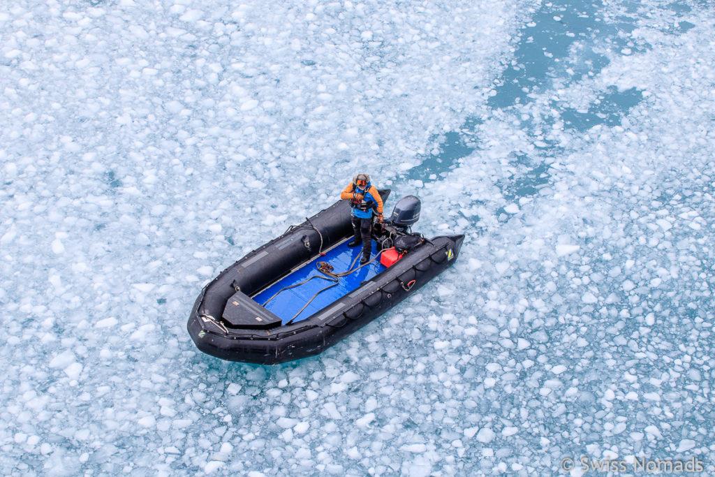 Zodiac im Eis in der Antarktis